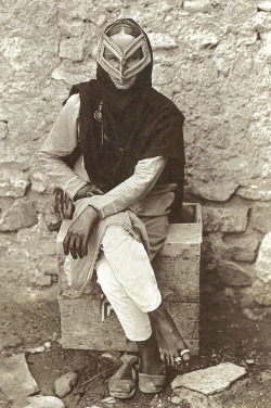 lapetitecole:  Oman  1917  National Geographic   photographer unknown