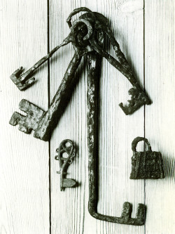 Viking age keys and padlock.  Source: http://www.goodreads.com/book/show/5791699-vikingar-p-helg-och-birka