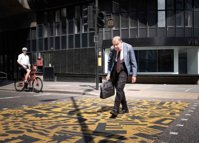 The Crossing V2 by XBeauPhoto https://flic.kr/p/2mePFho #photography#streetphotography#candid#candidstreet#cityoflondon#citylife#pedestrian#cyclist#c