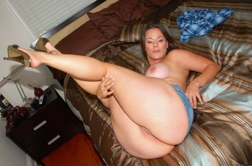 Big booty thick legs tan lines free porn pics