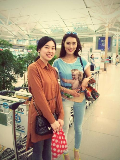 Kahi with lucky fans at Incheon Airport