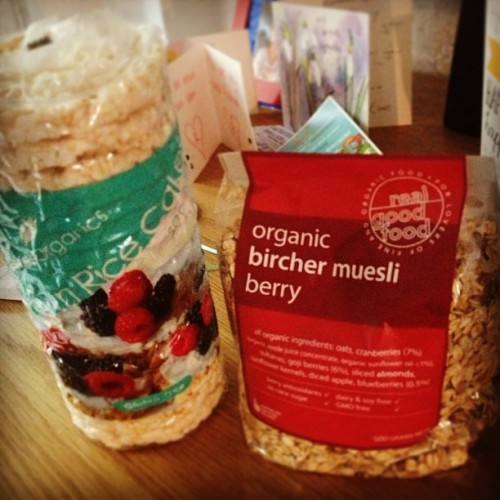 New in from the organic food store: brown rice cakes and organic Bircher muesli 🍎🍐🍇 #foodporn #organic #healthy #snacks #fitness