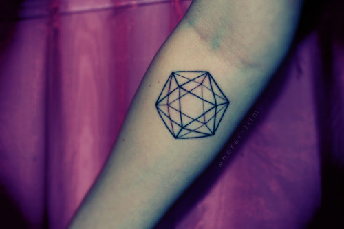 fuckyeahtattoos:  Icosahedron, one of the five platonic solids, done by Jen M @ New Tribe in Toronto.