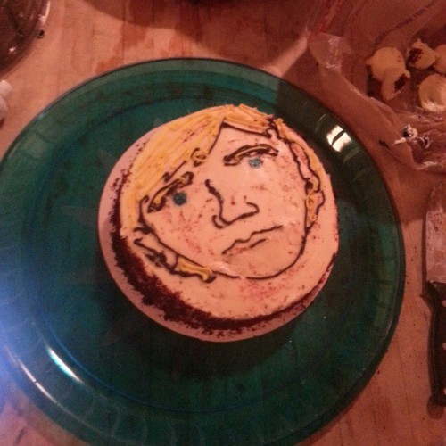 .@erinmcgathy's unfinished Dinklage cake is also an unintentional Cobain cake.