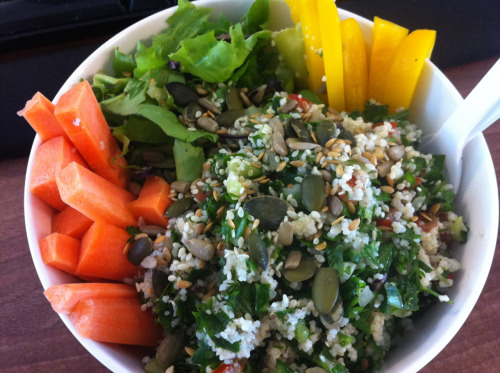 Leftovers lunch: tabbouleh, seeds, carrot, yellow pepper and lettuce (Home meal)