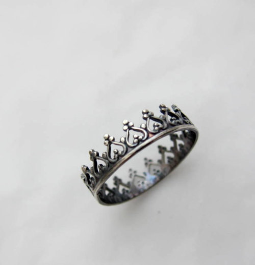 motionoftruth:  There is no quen without a crown, chic-rock oxidized ring, freeshippingfrance by LUNATICART
