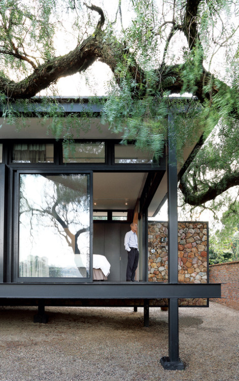 A Mies van der Rohe-Inspired Cottage in Johannesburg Olivia Martin, dwell.com Pub­lished as: Truss Me A floating wall on a Johannesburg cottage draws inspiration from 