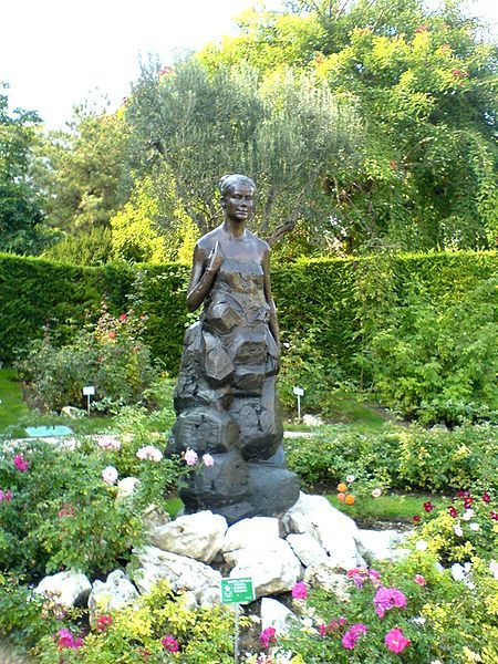 gracefilm:  Bronze statue titled 'H.S.H. Princess Grace of Monaco' created by Kees Verkade in the Princess Grace Memorial Rose Garden in Fontvieille, Monaco.  dosesofgrace: Sometimes I still can't believe I've finally been there. My whole trip to Monaco still feels surreal - and I guess it will always feel that way. So moving, a dream come true… ♥