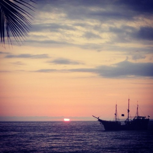 Sunday #dayoff #beach #puertovallarta #pvlife #marigalante #pirateship #sunset #sunday #view (at Solar playero)