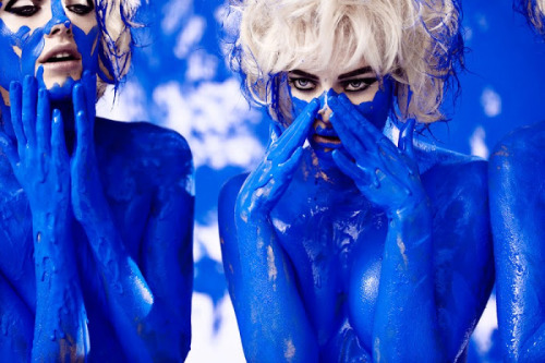 GETTING THE BLUES WITH PHIL POYNTER   British born fashion photographer Phil Poynter channels Yves Klein in 'Monotone Symphony,' an editorial shot for Ponystep. Poynter began his career as creative director of the trend-setting magazine Dazed & Confused, during his five years collaborating with the magazine he became a regular contributor for the publication as a photographer. Renowned as one of the worlds leading photographers his array of work spans beauty, fashion, celebrity portraiture and advertising. He is currently expanding his work to encompass moving image and has completed television commercials as well as pop videos and shorts. Phil developed his unique, eclectic and elegant style while working in London, Paris, Milan and New York.https://vimeo.com/groups/thecollection/videos/20308459