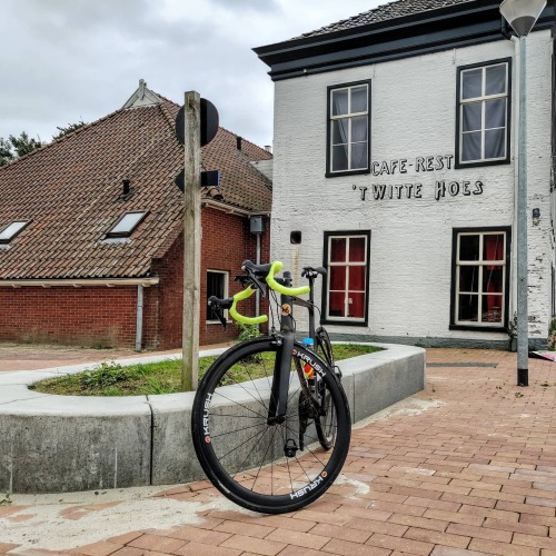 Vandaag heb ik ruim 65 km gefietst en dat is dus best eind. Ik kwam onder andere door #Middelstum, #Winsum en #Adorp, maar dan wel in een andere volgorde 😆 Onderweg kreeg ik bij gaan we ook nog een beetje motregen op mijn hoofd en op mijn #fiets en dat vond ik niet leuk. Ik was om ongeveer 13:30 uur #vanmiddag thuis en vanmiddag heb ik eem televisie gekeken want vandaag was natuurlijk ook weer de Tour de france erop en ik heb niet naar Nederland heen gekeken want ik word van die commentatoren kotsmisselijk. daarom kijk ik altijd na Sporza op de Belgische televisiezender want dat is veel leuker en hun kunnen veel beter en mooier commentaar geven en leveren… / #fietsen #sporten #strava #wielrennen