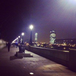 Caminando por la orilla del Támesis #london #londres #night #walk #lights #dark #sky #thames #river #riverside #walking #mystery #darkness