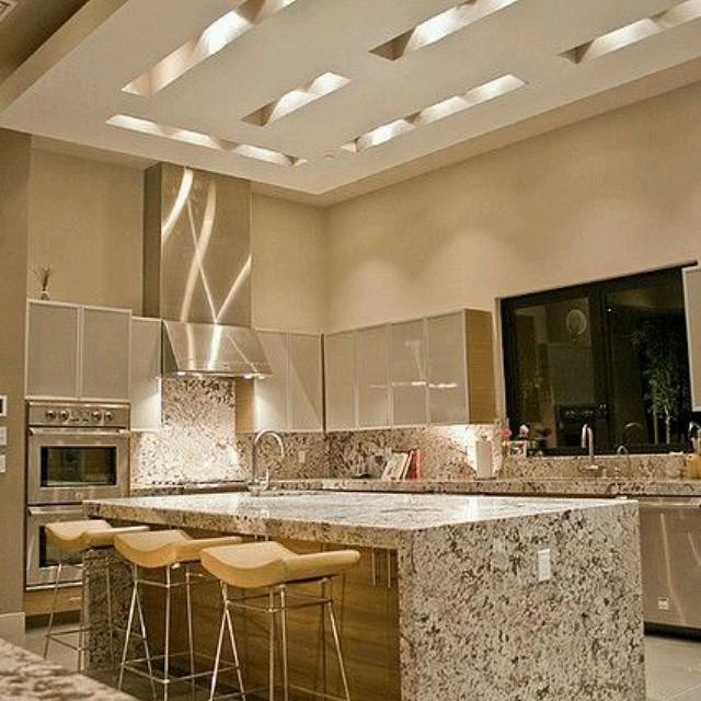 Arquitectura creativa dise o de cocina en isla con for Cocinas color granate