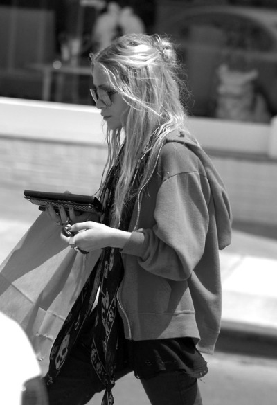 a-frican:  infinite-black:  Mary Kate Olsen shopping in Brentwood  she's perfect