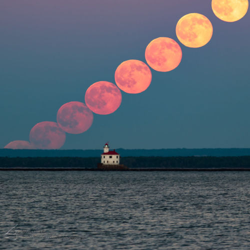 traverse-our-universe:  A series of shots of the full moon on June 20, 2016, taken from Duluth, Minnesota's Park Point beach by photographer Grant Johnson. The Superior Entry Lighthouse can be seen in the foreground. [source] THIS IS SO COOL #minnesota