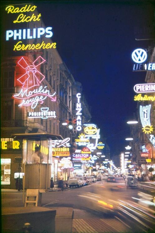 Abendspaziergang. Als wäre man selbst vor Ort. Diese atemberaubende Aufnahme führt uns in die hell beleuchtete Kärnter Straße im Jahr 1966 (© Olaf Korn Privatarchiv)