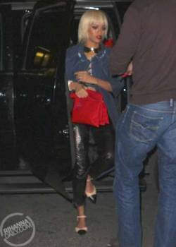 @rihanna headed to her NYC hotel last night in a blonde wig (5/13/2013) [1/6]  Source: rihannadaily.com