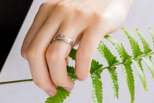 しだの指輪 屋久島のしだを手に持って ゴールド、プラチナ 屋久島で作る婚約指輪