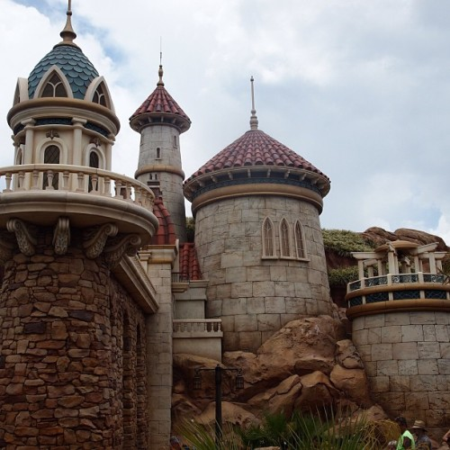 Ariel and Eric's castle #newfantasyland #thelittlemermaid #magickingdom #waltdisneyworld #ariel (at Fantasyland)