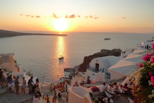 travelingcolors:  Sunset in Oia, Santorini | Greece (by sluffick)