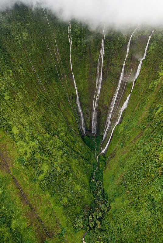 vurtual:  Big Island of Hawaii (by dendrimermeister)Helicopter View of 2000 ft High Waterfalls