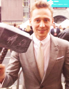 Tom Hiddleston with fans-hammer at the Iron Man 3 Premiere.    Invades Iron Man 3 hehehe.