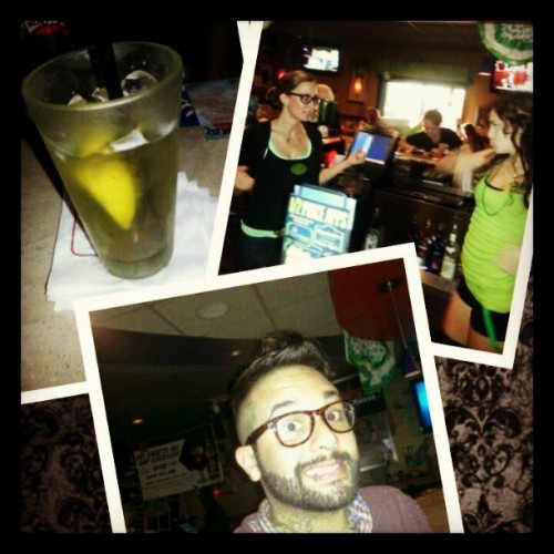 Having a cocktail with @ferndotnet  kat and veronica.  (at Applebee's Neighborhood Grill)