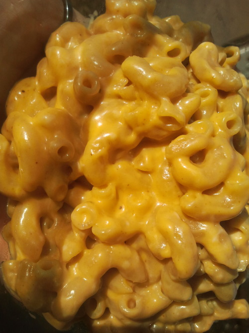 thisveil:  Curried Vegan Mac & Cheese Organic 100% whole wheat macaroni pasta Organic Curry Powder Daiya Cheddar Style Wedge