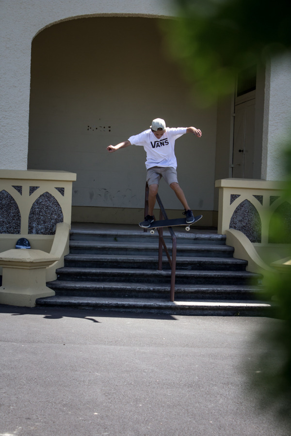 llum-i:  Warm up boardslide - Simon Rex