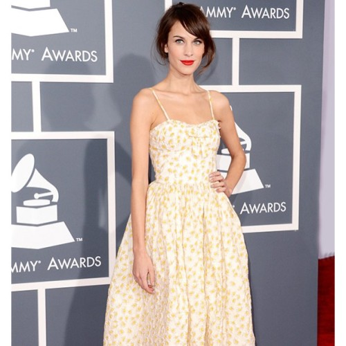 Alexa Chung at the 2013 Grammy Awards (+)