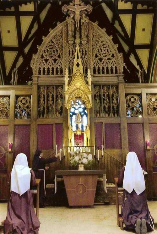 Catholic Nuns in adoration of Blessed Sacrament. Image from: https://www.facebook.com/semaechenyzl