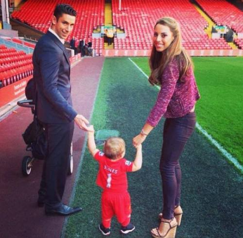 withhopeinourheart:  Brad Jones with his family :)