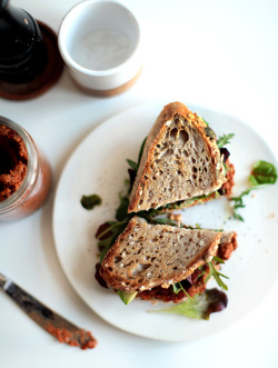 saltedtartine:  smoky tempeh sandwich with sundried tomato pesto.