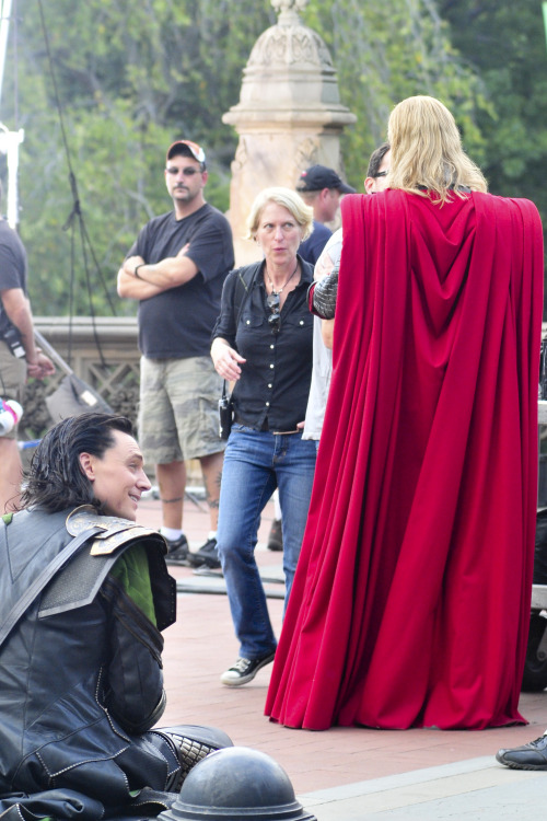 a-walking-accident:  torrilla:  Tom Hiddleston and Chris Hemsworth on the Set of The Avengers on September 2, 2011 in New York City [HQ]   screeching because hOW HAVE i not not SEEN thsi