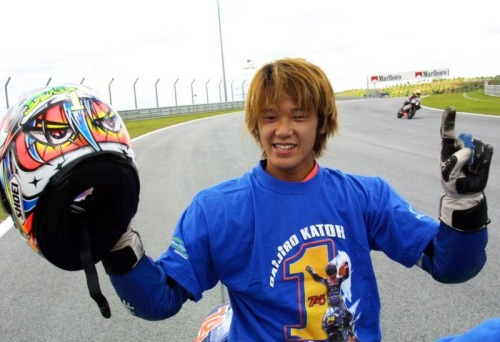 "itsawheelthing:  世界チャンピオン …Daijiro Kato, Telefonica Movistar Gresini-Honda NSR250, 2001 Malaysian 250cc Grand Prix, Sepang  Though this photo was already posted, and in fact it's one of most known of Daijiro Kato, just reblogging this because they wrote ""世界チャンピオン"" ('sekai champion', it means ""World Champion"" in Japanese Language)."