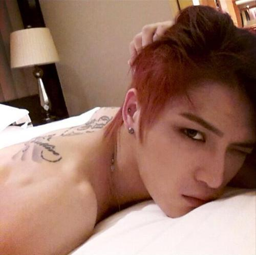 pervingonkpop:  The red bed hair, the tattoos, the shirtless-ness. Two words. FUCK. ME.