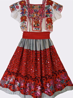 temactli:  xipeprojects:  China Poblana Costume, ca. early 20th century (C) Xipe Projects  Es demasiado para los ojos.