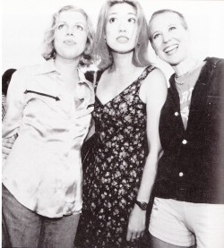 Throwing Muses. Lefto to right: Tanya Donelly, Miki Berenyi (Lush) and Kristin Hersh, backstage at the Reading Festival, 1995. author unknown originally shared by baiosensidan