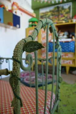 podkins:  touchecrochet:  crochet vine-covered bed  crochet vine-covered bed - perfect for a children's room. Today's crochet in the home pic is a quirky little decorating idea.