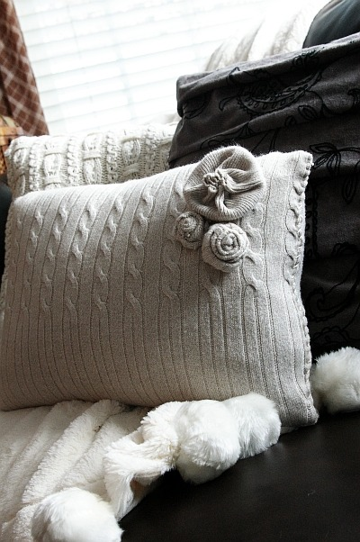 (via Brassy Apple: DIY Sweater pillows - cozy up!)