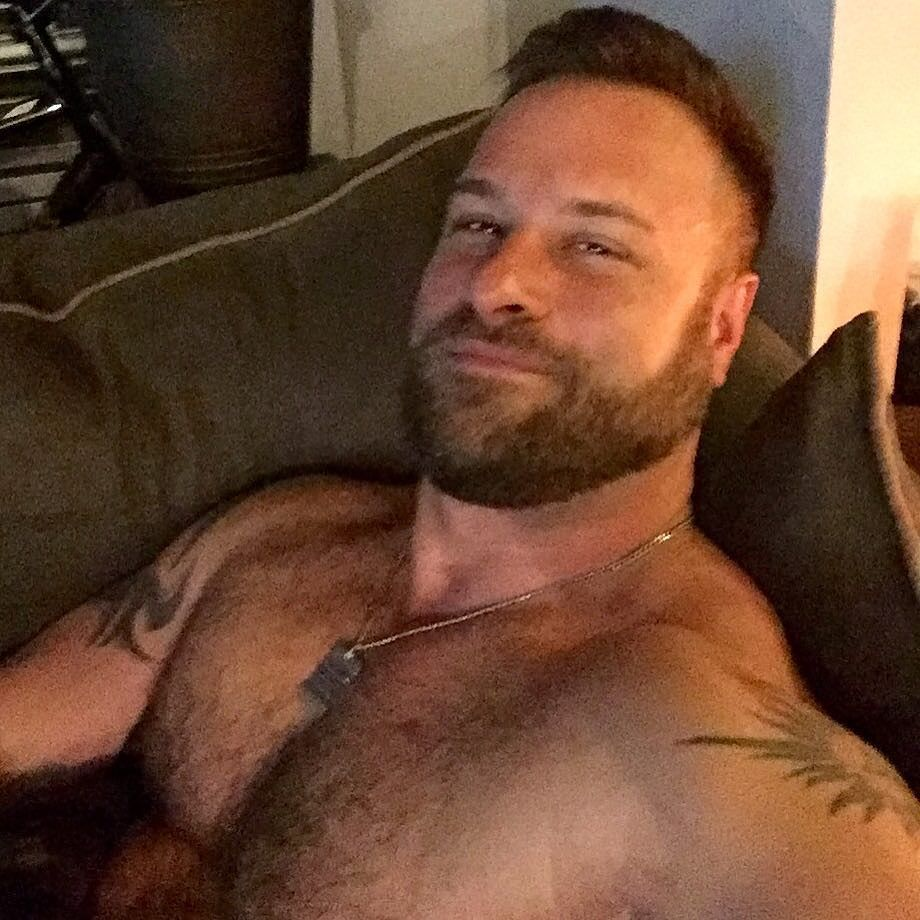 2018-06-04 05:21:36 - movienight bear scruff couch selfie after beardburnme http://www.neofic.com