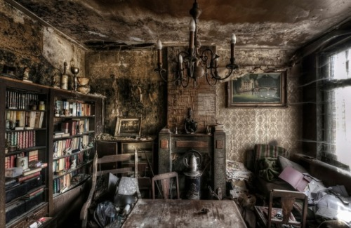 destroyed-and-abandoned:  Abandoned homes left untouched