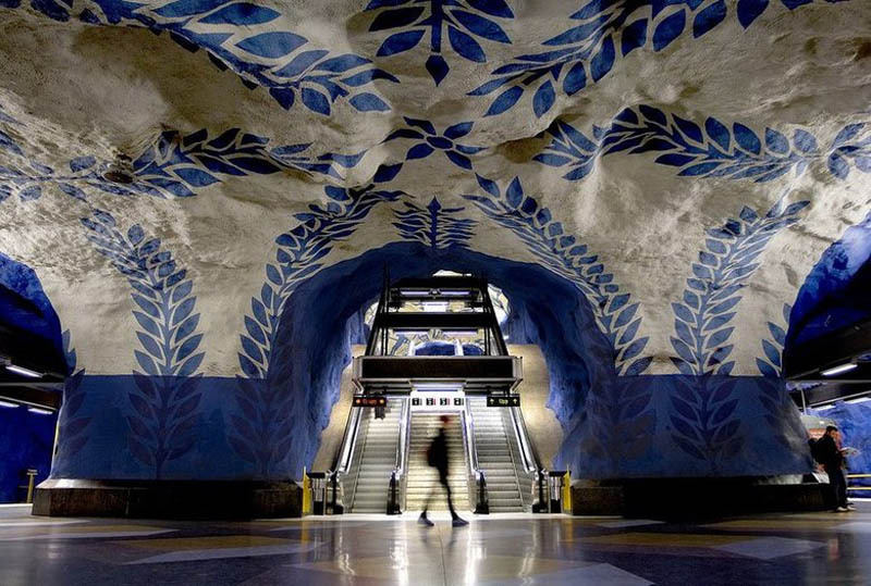 odditiesoflife:  Stockholm's Subway The most beautifully designed subway tunnels in the world are found in Stockholm, Sweden. The grand architecture reminds its travelers that they are deep underground. Featuring painted cave walls and ceilings, the design is more like an art gallery than a subway.