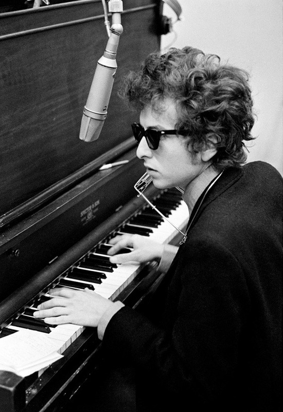 theswinginsixties:  Bob Dylan at the piano.