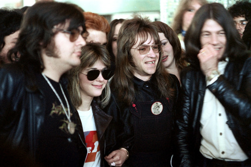 56-549 (by Nick DeWolf Photo Archive)  suzi quatro and band at LAX with KROQ disc jockey rodney bingenheimer - los angeles, california 1974