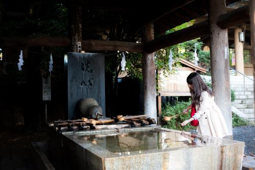 日本 東京 原宿 japan tokyo harajuku street photography street photography photo city life people woman tradition shinto water purification