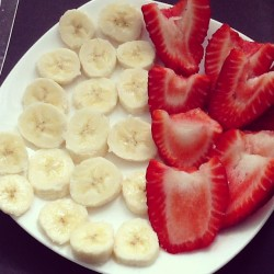 rougeroses:  Breakfast 🍌🍓#bananas #strawberries #fruit #healthy #morning #breakfast #yum