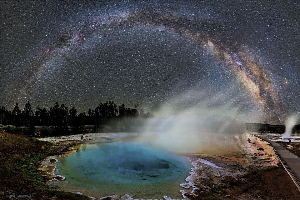 Vapor de estrelas Todos os dias a Nasa nos surpreende com a 'Foto astronômica do dia'. Porém, emalgumas ocasiões, o deslumbramento causado pela imagem escolhida é ainda mais fora do comum. Um bomexemplo é o registro feito por Dave Lane, que parece retratar outro mundo, uma realidade fascinante onde o vapor de um mundo distante parece formar as estrelas dos céus. Na realidade, a formação retratada é a parte central de nossa galáxia, observada sobre uma fontelocalizada no Parque Nacional de Yellowstone, nos Estados Unidos.Esse fonte quente, chamada Silex Spring,exala vapor e tem águas coloridas devidoà presença de bactérias– nada que diminua a magia ou a beleza da imagem, não é? Leia mais novidades sobre astronomia na página da Ciência Hoje On-line.