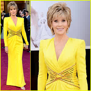OSCARS BEST DRESSED FASHION: TIME TO BRING OUT THE LEGENDS!! JANE FONDA CAME OUT WITH THE STRIKING COLOR I HAD BEEN HOPING AND PRAYING FOR THE WHOLE NIGHT (KERRY WASHINGTON HAD COLOR…BUT UMMMM IT WAS A DISASTER OF SORTS). SHE LOOKS SO MATURE IN DONATELLA VERSACE, AND I LOVE THE FACT THAT THIS NUMBER HAD SLEEVES. DEFINATELY MY 3RD FAV OF THE NIGHT!