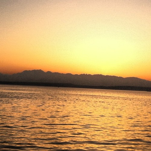 These Seattle sunsets »»> #seattle #sunset #beautiful #mountains #pugetsound #hashtag (at The Seattle Great Wheel)